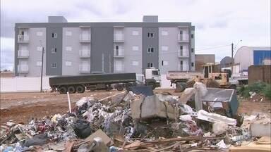 Descarte irregular de lixo e entulho em terreno incomoda moradores em Franca, SP - Problema persiste no bairro Vila Aparecida.