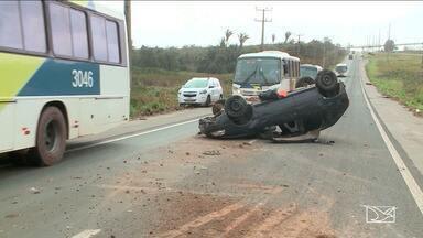 Dois acidentes são registrados na BR-135 em São Luís - Veículos derraparam em trecho da pista onde caminhões costumam derramar fertilizantes na hora de fazer a manobras.