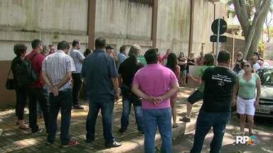 Professores da rede estadual de ensino protestam em frente ao Núcleo de Educação de Foz - Eles são contra a redução dos salários para educadores do PSS.