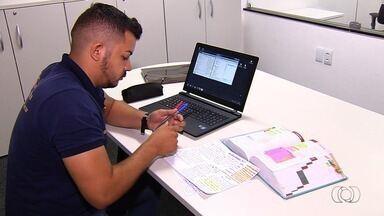 Goianos se dedicam à preparação para provas de concursos públicos - Muitos deixam de trabalhar e montam rotinas de estudo de até 12 horas por dia. Veja lista dos certames previstos para 2018.