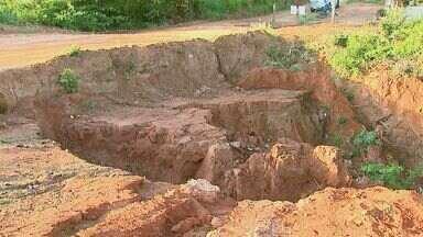 Obras de pavimentação paralisadas provocam cratera em bairro de Caconde, SP, - Local também não tem energia elétrica nem água encanada. Prefeitura prometeu realizar as obras, mas nada foi finalizado.