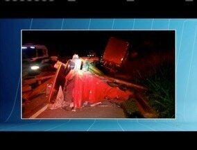 Três pessoas morrem em acidente com dois caminhões na BR-116, em Teófilo Otoni - Segundo a PRF, motorista de caminhão carregado de madeira invadiu a contramão e bateu de frente com o outro veículo; uma pessoa teve ferimentos graves.