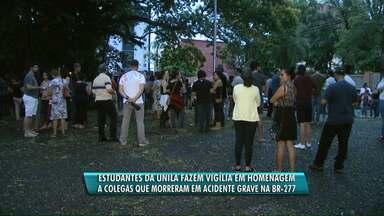Estudantes fazem homenagem para vítimas de acidente - Das cinco pessoas que morreram em batida na BR-277, quatro eram estudantes da Unila.
