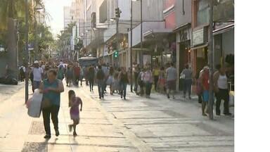 Com a liberação do 13º salário, comércio prevê alta nas vendas nessa semana em Campinas - Associação Comercial de Campinas (Acic) espera que faturamento com o Natal na cidade chegue a R$2,5 bilhõe