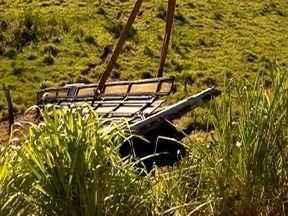 Caminhão é retirado de ribanceira em Parapuã - Veículo se envolveu em um acidente com um ônibus.