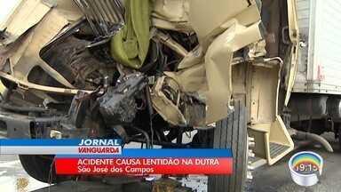 Motorista fica ferido em acidente entre dois caminhões na Dutra - Batida foi no trecho de São José dos Campos.