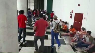 Professores da rede estadual protestam e invadem o Palácio Iguaçu em Curitiba - Eles são contrários a redução da hora aula que será paga aos professores temporários.