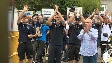 Com apoio da torcida, Grêmio volta para Porto Alegre após disputar o Mundial de Clubes - Assista ao vídeo.