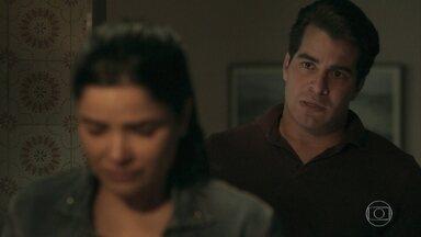 Antônia diz a Júlio que para reatar com ele terá que deixar sua carreira - A policial sofre em conversa sincera com o ex