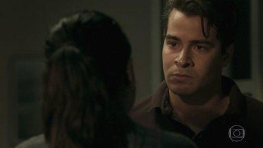 Júlio rouba um beijo de Antônia e diz que a ama - Antônia não consegue resistir e se entrega ao ex. Júlio garante que vai dar o tempo que a policial precisar para se decidir