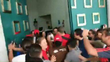 Professores protestam no Palácio Iguaçu - O motivo é a redução no valor da hora aula paga aos professores no novo edital aberto para contratação de educadores em regime especial, no chamado PSS, para o próximo ano.