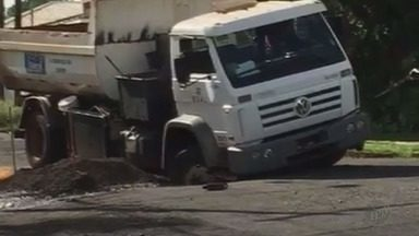 Caminhão do Daerp fica preso em buraco em rua de Ribeirão Preto, SP - Veículo passava por via no bairro Ribeirânea e acabou com uma roda inteira presa no buraco.