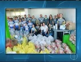 Donativos da campanha Transporte Solidário são entregues em Montes Claros - Foram entregues alimentos para 50 famílias carentes e fraldas para idosas do Lar das Velhinhas.