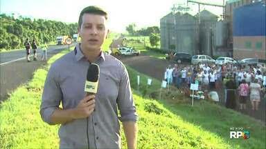 Moradores de Céu Azul fazem protesto na BR-277 em trecho onde 5 pessoas morreram no sábado - O pedido é pela duplicação da rodovia.