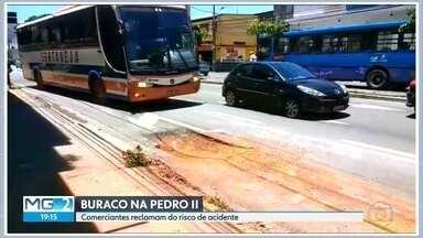 Buraco em faixa exclusiva de ônibus vira transtorno na Avenida Pedro II, em BH - Telespectador registrou o problema e enviou vídeo para o WhatsApp da Globo Minas.