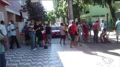 Funcionários de fábrica de cimento protestam no ES por causa de atraso em salários - Eles ocuparam a calçada e usaram pneus para bloquear o trânsito.