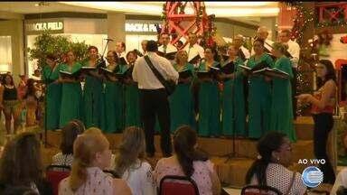 Coral faz apresentação de canções de Natal em espaços públicos da cidade - Coral faz apresentação de canções de Natal em espaços públicos da cidade
