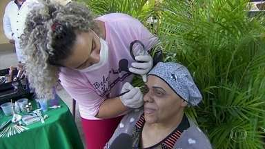 Voluntários especialistas em beleza visitam pacientes em tratamento contra o câncer - Mulheres internadas nos hospitais das Clínicas e do Câncer foram contempladas na ação.