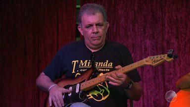 Corpo do guitarrista Álvaro Assmar é enterrado em Salvador - O músico morreu na madrugada desta segunda-feira (18), vítima de um infarto fulminante.