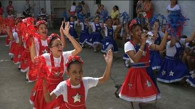 Crianças participam de pastoril natalino em Campina Grande - A apresentação foi no bairro Jardim Continental.