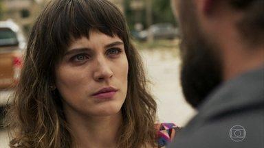 Clara decide testar Gael - Renato afirma que o ex-marido da jovem continua o mesmo