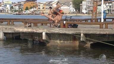 Conheça o slackline que é praticado no mar - A modalidade já tem muitos adeptos na Ribeira.