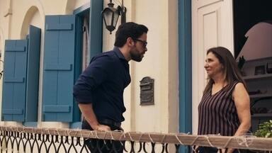 Amaro procura Estela - O português vaia atrás de amiga e pergunta sobre Gael