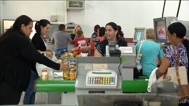 Consumidores fazem fila para as compras nos Armazéns da Família - Muitos aproveitaram esta semana para garantir os produtos para a ceia de natal.