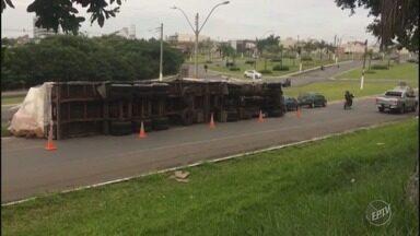 Caminhão tomba na Avenida Santa Bárbara, em Santa Bárbara d´Oeste - Veículo fazia o transporte de algodão.