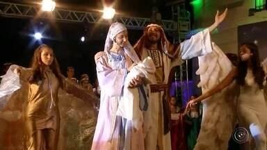Apresentação de Natal emociona moradores em Santa Cruz do Rio Pardo - Apresentação de Natal em Santa Cruz do Rio Pardo. Centenas de pessoas acompanharam o espetáculo já tradicional na cidade.