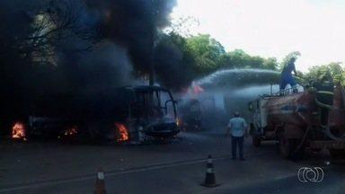 Caminhão bate em carretas e ônibus e provoca incêndio em todos os veículos, em Porangatu - Condutor foi socorrido e levado para hospital da cidade. Polícia ainda não sabe o que causou o acidente.