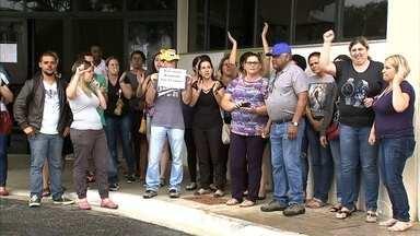 Servidores públicos de Itupeva reclamam de atraso no pagamento do 13º salário - Funcionários públicos de Itupeva (SP) se reuniram na manhã desta quinta-feira (21) em frente à sede da prefeitura para protestar contra o atraso no pagamento do 13º salário.
