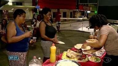 Grupo se une para levar ceia de Natal a moradores de rua, no Sul do ES - Eles organizam mesa cheia de comida para moradores.