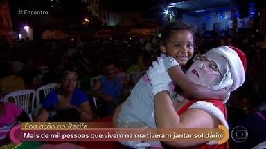 Voluntários oferecem jantar de natal antecipado para mais de mil pessoas - Ação é feita no Recife há mais de 15 anos e promove noite especial para moradores de rua da cidade