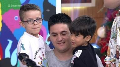 Marcelo é projetista mecânico e doa próteses infantis - Aos 6 anos, Rafael ganhou sua prótese e hoje tem muito mais autonomia em sua rotina. No palco do 'Encontro', Marcelo presenteia o pequeno Joaquim com uma prótese de super-herói