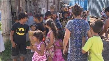 Presentes da 'Árvore do Bem' são entregues na comunidade do Siri, em Florianópolis - Presentes da 'Árvore do Bem' são entregues na comunidade do Siri, em Florianópolis