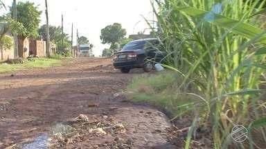 Moradores do Centenário, em Campo Grande, dizem que bairro tem rua asfaltada só no papel - Uma das ruas do bairro consta como asfaltada na prefeitura, mas na verdade tá que é uma lama só.