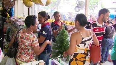 Consumidores enchem lojas em busca dos presentes natalinos - É necessário ter paciência e bom humor para enfrentar as filas nos shoppings e no comércio do Centro do Recife.