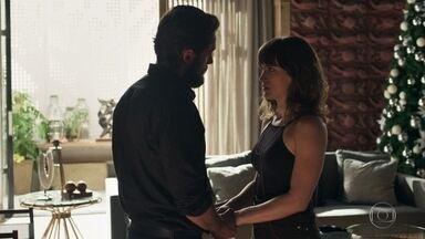 Renato marca com Clara de levar Tomaz para conhecê-la - Clara se emociona ao saber