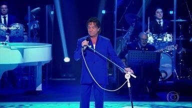 Roberto Carlos canta a música 'Força Estranha' - A plateia se empolga e canta junto com Roberto Carlos