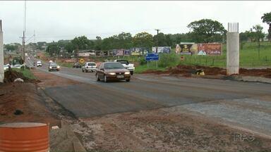 BR-376 em Paranavaí é liberada depois de pista ceder - Rodovia está sendo duplicada e um trecho próximo ao trevo de acesso a cidade cedeu com a chuva.