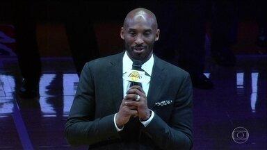 Kobe Bryant recebe homenagem dupla por uma carreira brilhante na NBA - Ex-jogador teve dois números aposentados pelo Los Angeles Lakers