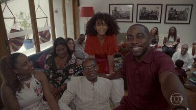 Lázaro e família falam sobre o significado do Natal - Compartilhar amor é o tema do programa