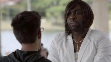 Lazinho tenta, mas não consegue convencer Bruno a voltar pra casa - Ele se veste como a mãe de Bruno para encontrar com o rapaz