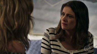 Nádia tenta convencer Tônia esquecer o que aconteceu na delegacia - A esposa de Bruno conta que se sentiu humilhada ao descobrir que o marido não estava de plantão. Nádia a aconselha a nem tocar no assunto com Bruno