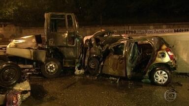 Acidente grave na Avenida Brasil. Quatro pessoas morreram. - Carro que que as vítimas viajavam foi atingido por um caminhão reboque desgovernado. Outras duas pessoas morreram.