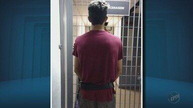 Jovem preso por enganar adolescentes para conseguir fotos de nudez é levado para Itajubá - Jovem preso por enganar adolescentes para conseguir fotos de nudez é levado para Itajubá
