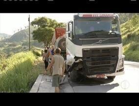 Acidente deixa três mortos e fecha a BR-381, em Antônio Dias, em MG - Segundo PRF, carro e carreta se envolveram na batida. Por volta das 19h, trânsito foi liberado.