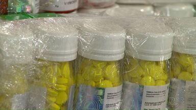 Receita Federal apreende medicamentos no fundo falso de ônibus na região oeste - Ônibus foi abordado na semana passada, mas só nesta terça (26) os medicamentos foram encontrados em uma revista minuciosa.
