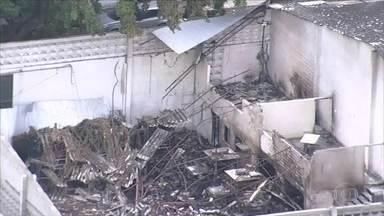 Incêndio atinge galpão na Zona Sul do Recife - Telhado cedeu e caiu; ninguém ficou ferido.